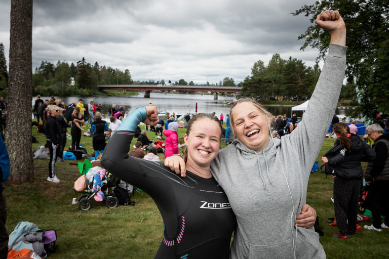 Två glada tjejer jublar mot kameran och firar målgången av Vansbro tjejsim.